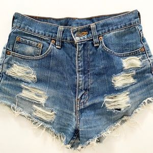 Levi High-wasted jean shorts (vintage vibes)